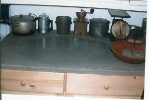 Natural-cleft-counter-top-with-polished-center