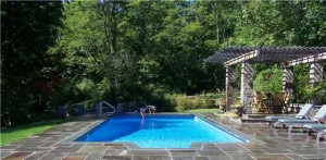 Random-pattern-bluestone-pool-patio-with-thermal-bluestone-coping